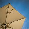 Sous le parasol.
