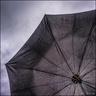 Sous le parapluie.