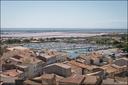 Les toits de Gruissan, avec le port de Plaisance et et loin le Salin.